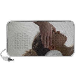 Mujeres jovenes que disfrutan de un masaje altavoces
