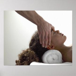 Mujeres jovenes que disfrutan de un masaje póster