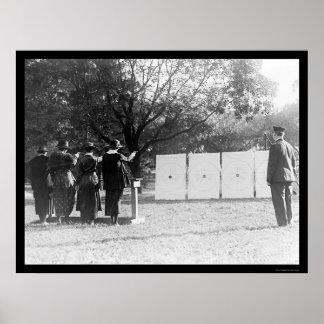 Mujeres policía en la gama de leña 1920 póster