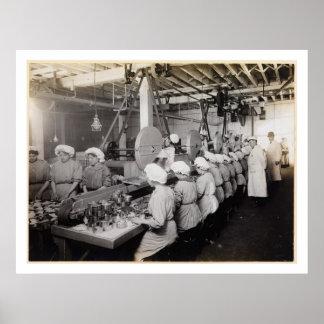 Mujeres que embalan la comida en latas - vintage póster