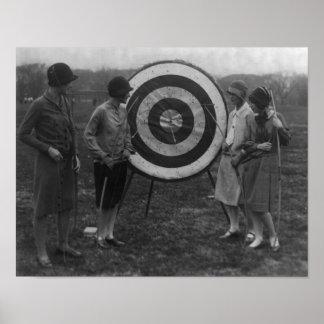Mujeres que examinan la fotografía de la blanco de impresiones