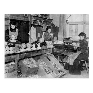 Mujeres que hacen las pelucas para las muñecas postales