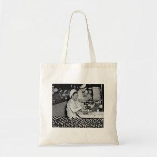 Mujeres que trabajan en la planta WWII de las muni Bolsas De Mano