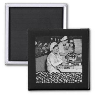 Mujeres que trabajan en la planta WWII de las muni Imán Cuadrado