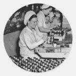 Mujeres que trabajan en la planta WWII de las muni Etiquetas Redondas
