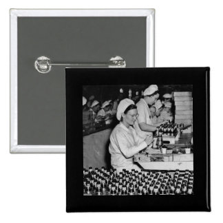 Mujeres que trabajan en la planta WWII de las muni Pins