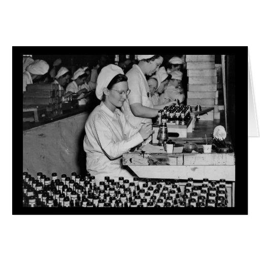Mujeres que trabajan en la planta WWII de las Tarjeta De Felicitación