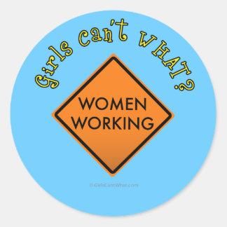 Mujeres que trabajan la muestra etiqueta redonda