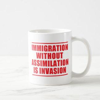 Multiculturalismo de la asimilación no taza básica blanca