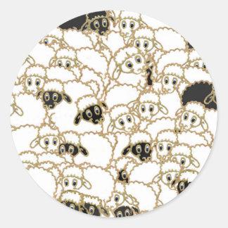 multitud de las ovejas blanco y negro pegatina redonda