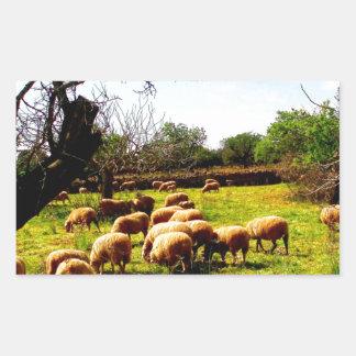 Multitud de las ovejas del idilio de la alegría de pegatina rectangular