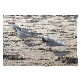 Multitud de los pájaros caspios de la golondrina manteles individuales