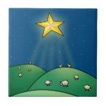 Multitud de ovejas debajo de la estrella del navid azulejo cuadrado pequeño
