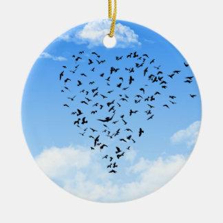 Multitud del corazón del amor de los pájaros adorno navideño redondo de cerámica