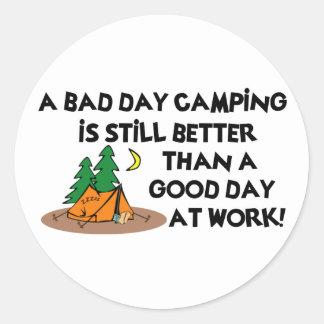 Mún día que acampa… etiqueta redonda