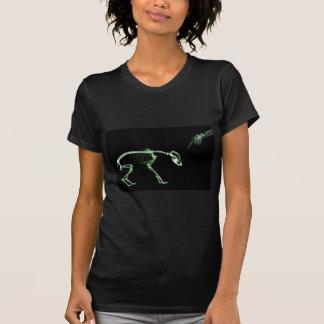 Mún esqueleto de la radiografía del perro en verde camiseta