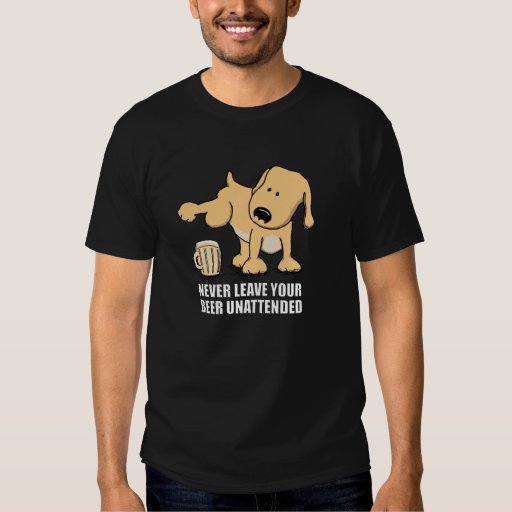 Mún perro que hace pis en cerveza camisas