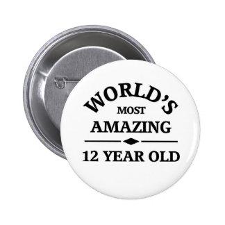 Mundo que sorprende 12 años pin redondo de 2 pulgadas