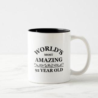 Mundo que sorprende 92 años taza de dos tonos
