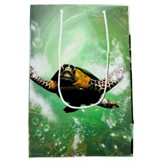 Mundo subacuático con el seaturtle bolsa de regalo mediana