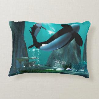 Mundo subacuático con las orcas que juegan cojín decorativo