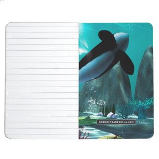 Mundo subacuático con las orcas que juegan cuaderno grapado