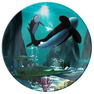 Mundo subacuático con las orcas que juegan platos de cerámica
