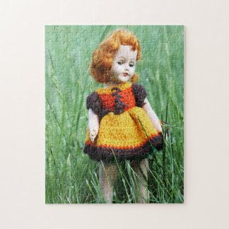 Muñeca antigua hermosa con el vestido viejo del rompecabezas con fotos