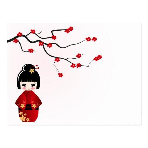 Muñeca de Kokeshi bajo rama de Sakura Postal