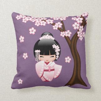 Muñeca de Kokeshi de la novia - chica de geisha Cojín Decorativo