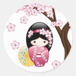 Muñeca de Kokeshi de la primavera - chica de Pegatina Redonda