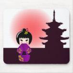 Muñeca de Kokeshi y templo japonés Tapetes De Raton