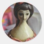 Muñeca de la botella de vino pegatina redonda