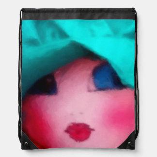 Muñeca de trapo en capo del trullo mochila