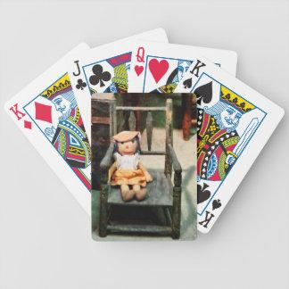 Muñeca de trapo en silla baraja