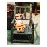 Muñeca de trapo en silla invitación 10,8 x 13,9 cm