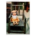 Muñeca de trapo en silla tarjeta