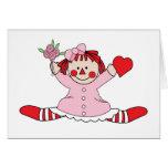 Muñeca de trapo linda que lleva a cabo un corazón tarjetas