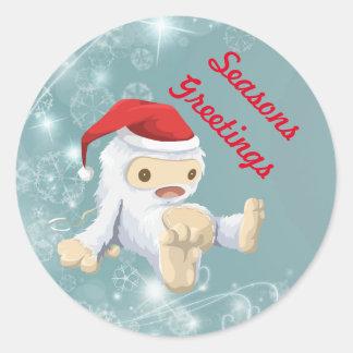 Muñeca de Yeti del navidad que lleva un gorra de Pegatina Redonda