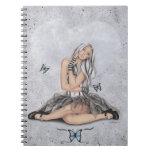 Muñeca en el cuaderno de la mariposa del corazón