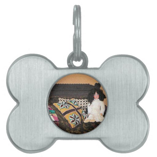 Muñeca en el sofá placa de nombre de mascota