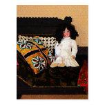 Muñeca en el sofá tarjetas postales