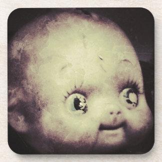Muñeca espeluznante posavaso