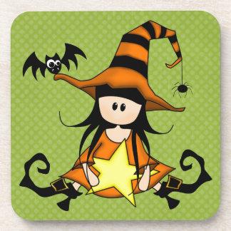 ¡Muñeca femenina de la bruja de Halloween - linda! Posavasos De Bebidas