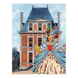 Muñeca francesa del vintage en casa del traje y tarjetas postales