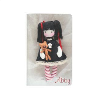 Muñeca gótica con el diario del bolsillo del oso d cuaderno grapado