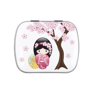 Muñeca japonesa de Kokeshi de la primavera Latas De Caramelos