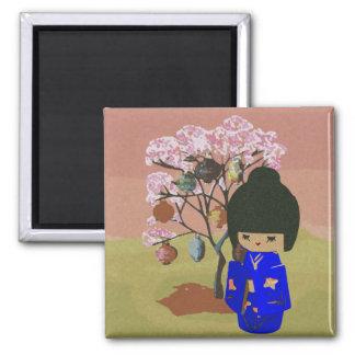Muñeca linda del kokeshi con el árbol de la flor d imán de frigorífico