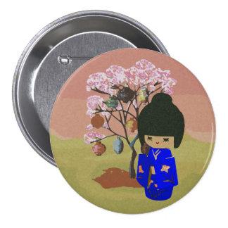 Muñeca linda del kokeshi con el árbol de la flor d pin