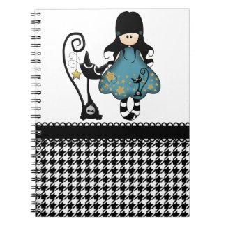 Muñeca linda femenina del gótico con el gato negro libros de apuntes con espiral
